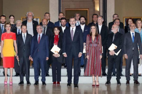 Los Reyes Felipe y Letizia junto a los galardonados en el Museo del Prado.
