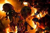 Arden los ninots de las Fallas durante la cremà.