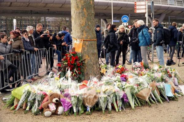 Flores depositadas en memoria de las víctimas del tiroteo.