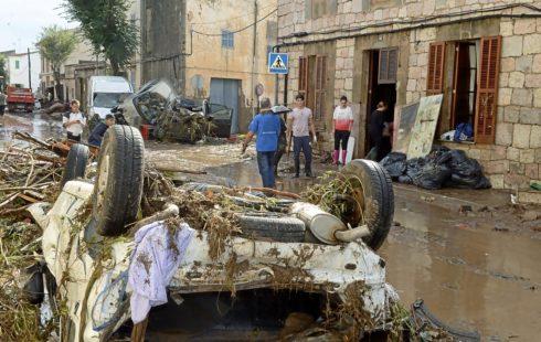 Coches volcados en una calle de SantLlorenç el pasado 9 de octubre.