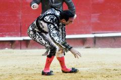 Ponce se agarra la rodilla izquierda el pasado lunes en Valencia tras la cogida
