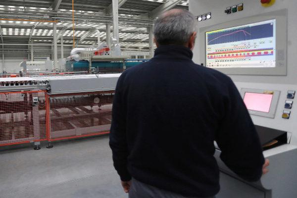 Un operario de una empresa del sector cerámico de Castellón.