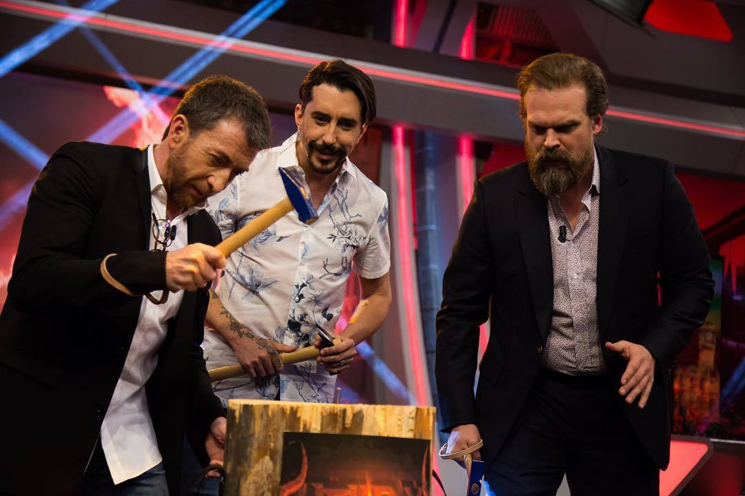 Pablo Motos, Marron y David Harbour (Stranger Things) en un juego de El Hormiguero en Antena 3