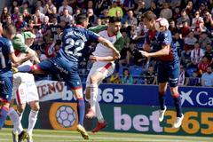 GRAF5383. HUESCA.- El delantero del Huesca <HIT>Enric</HIT> <HIT>Gallego</HIT> (i), el defensa del Huesca, Martín Mantovani (d), y el delantero argentino del Alavés Jonathan Calleri (c) durante el partido de Liga de Primera División disputado entre el Huesca y el Alavés en el campo de fútbol El Alcoraz.