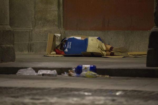 Un indigente, en una calle de Madrid.
