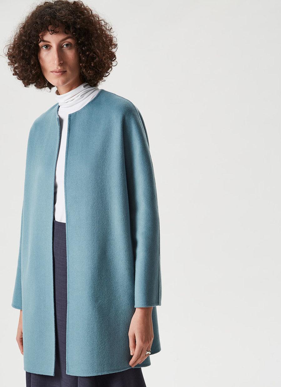 Abrigo de lana con corte evasé, de Adolfo Domínguez