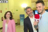 Isabel Díaz Ayuso y Juan José Cortés con un reportero de Todo es mentira en Cuatro
