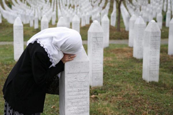 Una mujer reza en el Memorial de Potocari a las víctimas de Srebrenica.