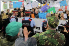 Los Mossos protegen el 'stand' del Ejército.