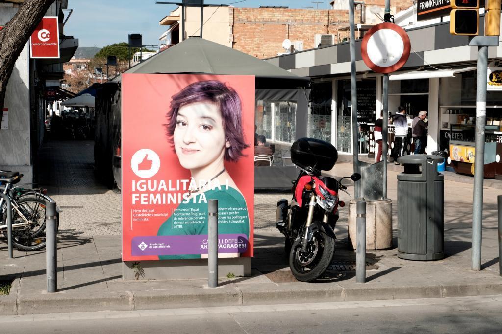 Banderolas del Ayuntamiento en las calles de <HIT>Castelldefels</HIT> Foto Jordi Soteras