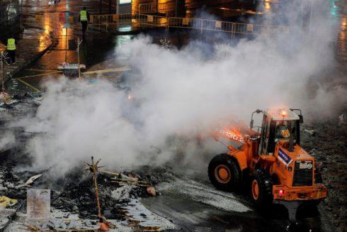 Operarios de limpieza recogen la ceniza de las calles tras la cremà de las fallas.
