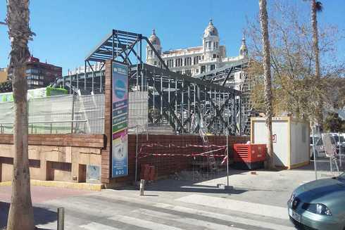 Obras de la oficina de turismo que el Consell está haciendo en suelo del Puerto de Alicante, y que tapan la vista de la ciudad.