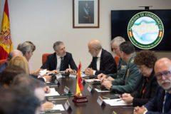 Grande-Marlaska (c), junto al director de la Guardia Civil, Félix Azón (5d), entre otras autoridades, ha presidido este miércoles una reunión sobre inmigración en Málaga.
