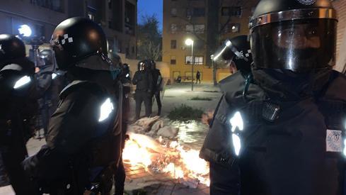 Agentes antidisturbios este miércoles por la noche en Vallecas.