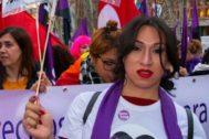 Mujer transexual durante la manifestación del 8-M en Madrid.