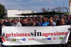 Trabajadores de prisiones protestan, ayer, en Picassent