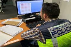 Un agente de la Policía Judicial ante un documento de la investigación.