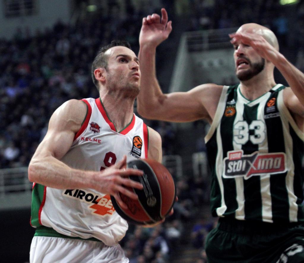 PAO01. ATENAS (GRECIA).- Nick Calathes (d) de Panathinaikos disputa un...