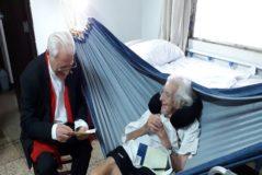 Cardenal (izda.) con el padre Ángel en su casa en Managua.
