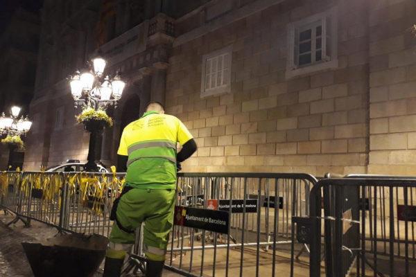 Un empleado municipal de limpieza quita los <HIT>lazos</HIT> atados a las vallas de la Generalitat y el Ayuntamiento de Barcelonaa