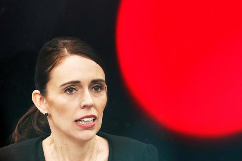 La primera ministra de Nueva Zelanda, Jacinda Ardern, anuncia la prohibición de compra de armas semiautomáticas en el país.