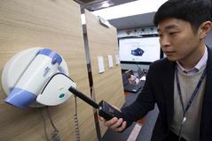 Un agente de la policía muestra uno de los secadores de hotel donde se había instalado una cámara.