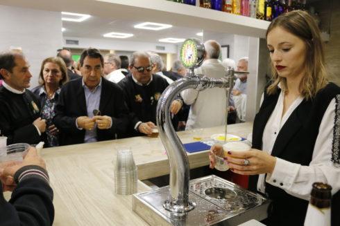 Una camarera sirve cervezas en un local de Castellón.