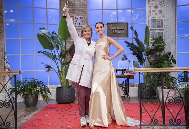 Rosa, junto a la top Blanca Padilla y el vestido ganador.