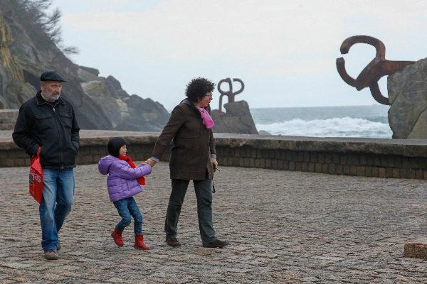 Turistas en el Peine del Viento en San Sebastián.