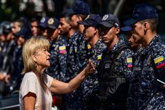 Una mujer discute con un policía durante una manifestación en Caracas.