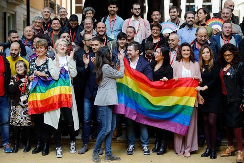 Mónica Oltra, en el centro, el día que se aprobó la ley LGTBI en las Cortes.