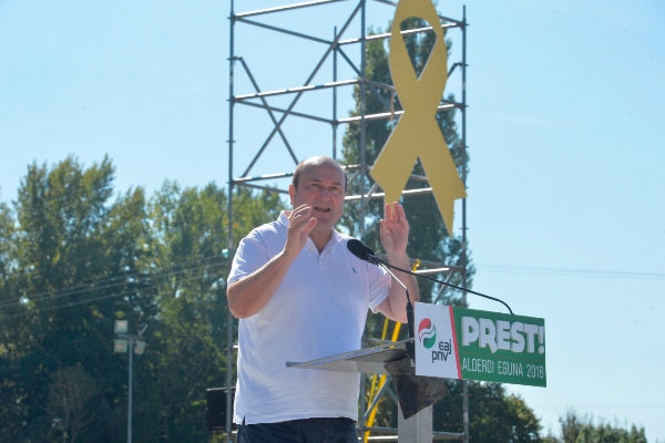 Andoni Ortuzar en un acto del PNV presidido por un lazo amarillo.