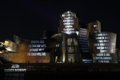 GRAF7481. BILBAO.- Proyecciones de luz en la fachada exterior del Museo Guggenheim Bilbao donde mañana jueves la pinacoteca dedica una exposición a la artista neoconceptual estadounidense Jenny <HIT>Holzer</HIT>, quien hace del lenguaje y la palabra el eje fundamental de su obra. Luis Tejido