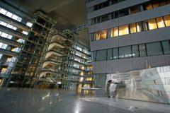 Bea Sarrias  pinta 'Inside' en el Ágora central de la OTAN, la semana pasada.