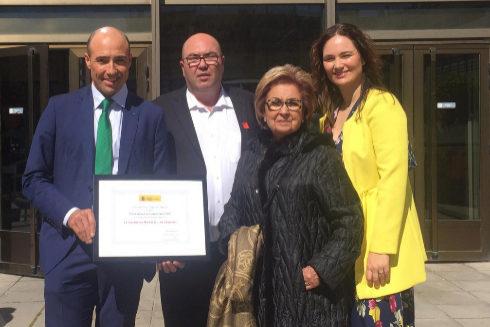 Los hermanos Vicente y Carlos Llopis, junto a su madre, María Teresa Oliver, y Bárbara Felip, con el premio.
