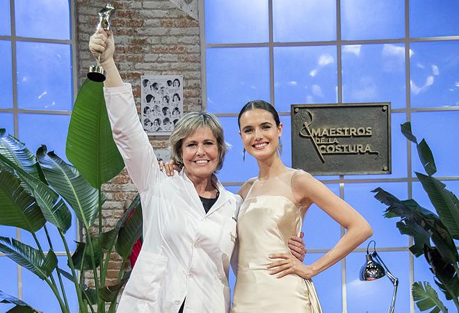 Rosa, con Blanca Padilla y el vestido de alfombra roja con el que se impuso en la final.