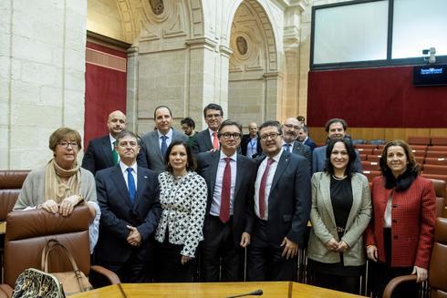 Benito Morillo (cuarto por la izquierda), junto al resto de diputados de Vox en el Parlamento andaluz.