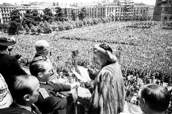 Evita Perón dando un discurso desde un balcón del Palacio Real.