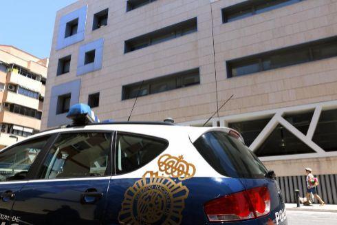Un coche de la Policía Nacional frente a la Comisaría Provincial de Alicante