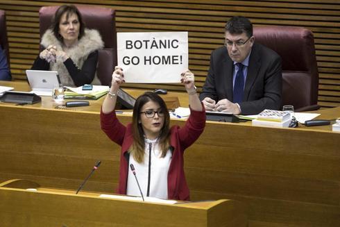 La síndica de Cs en las Cortes este mandato, Mari Carmen Sánchez, con un cartel.