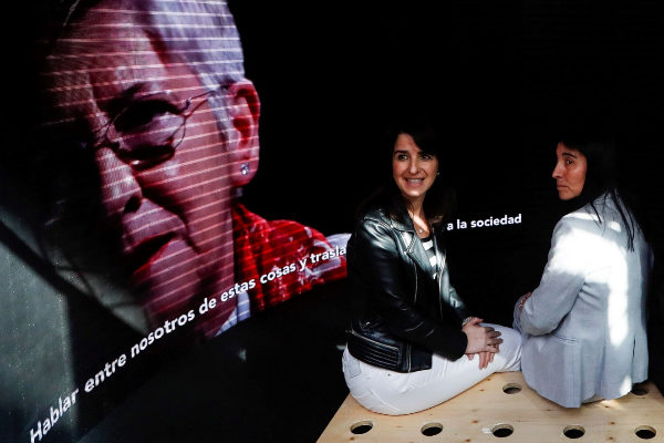 Aintzane Ezenarro y Nekane Balluerka en la exposición.