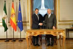 Juan Manuel Moreno e Isidro Fainé, tras la firma del acuerdo.