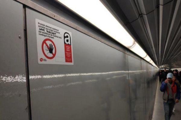Carteles que alertan del amianto en un pasillo de una estación de metro
