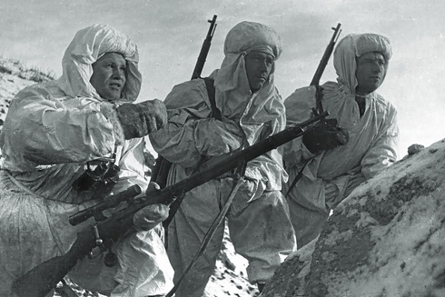 Vasily Zaitsev (a la izquierda) explica la situación táctica a los francotiradores recién llegados a los alrededores de Stalingrado, en diciembre de 1942.