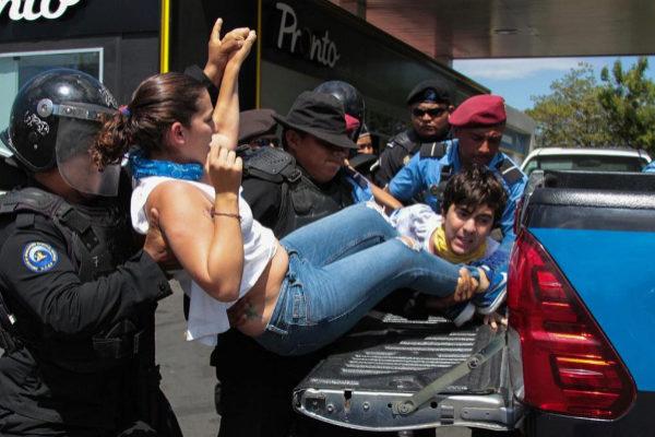 La policía de Nicaragua arrestaba a manifestantes el sábado pasado.