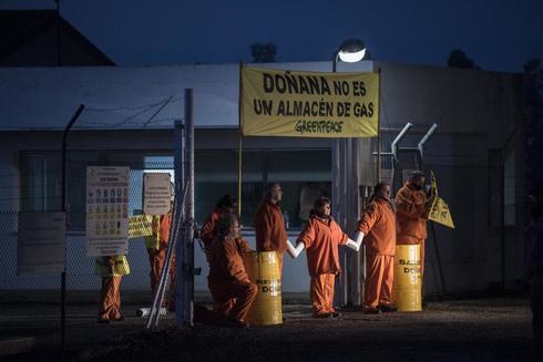 Activistas de Greenpeace protestan en las instalaciones del almacén de gas en Doñana.