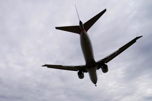 Un avión Boeing 737 MAX sobrevuela el aeropuerto de Washington.