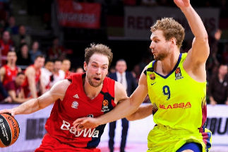 Petteri Koponen trata de desbordar a Jaka Blazic.