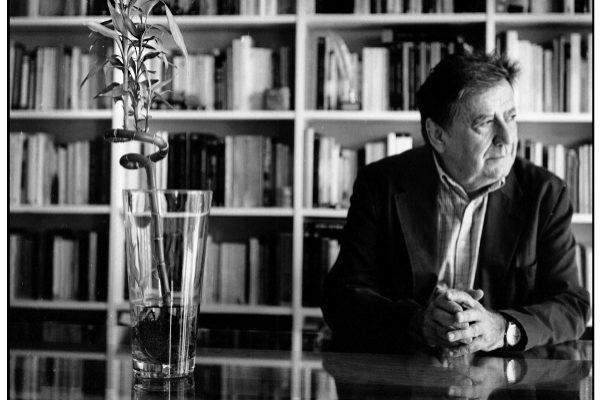 Luis Landero, en la biblioteca de su casa.