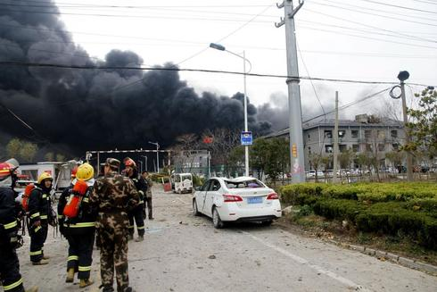 FUZ04. YANCHENG (<HIT>CHINA</HIT>).- Fotografía que muestra a miembros de los equipos de rescate frente a la humareda provocada por la <HIT>explosión</HIT> de un polígono industrial químico, este jueves en Yancheng (<HIT>China</HIT>). Según medios locales, al menos seis personas han muerto y otras treinta se encuentran gravemente heridas.   PROHIBIDO SU USO EN <HIT>CHINA</HIT>